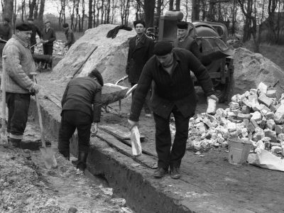 Górnicy przy budowie szkoły