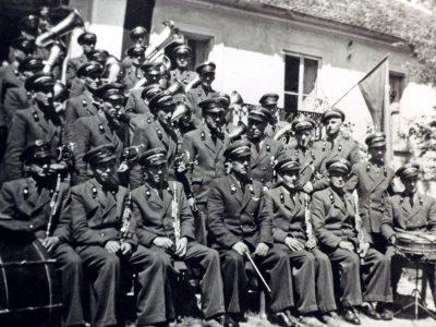 Muzycy w górniczych mundurach